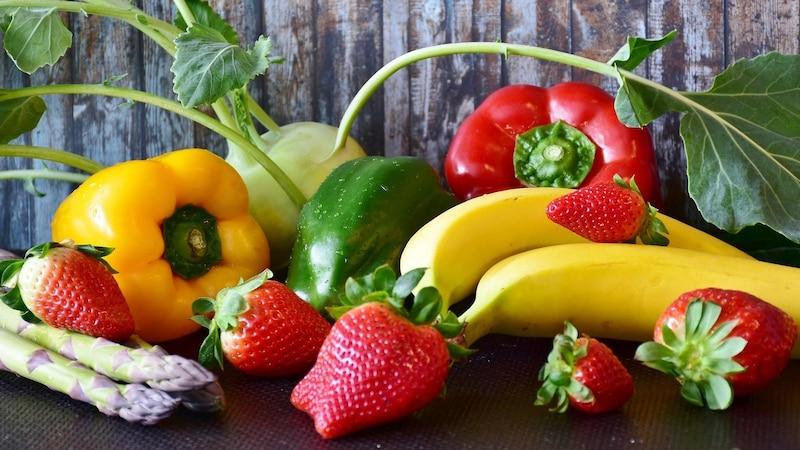 Eine gesunde und entzündungshemmende Ernährung bei Rosacea kann die Anzahl der Schübe verringern.
