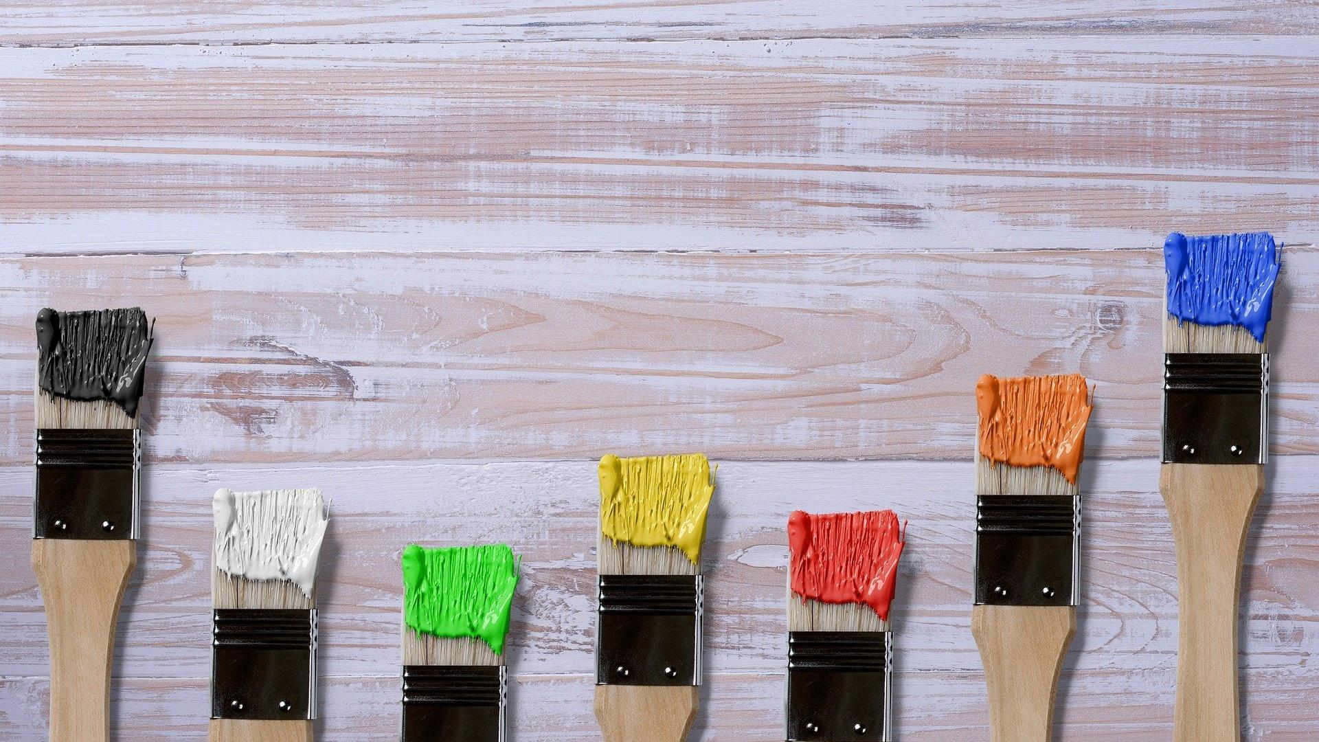 Acrylfarbe ist auf Holz sehr gut anwendbar.