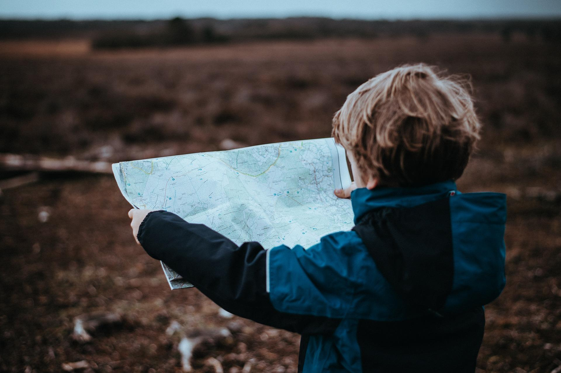 Eine Schatzsuche für Kinder kann auch die Orientierung schulen.