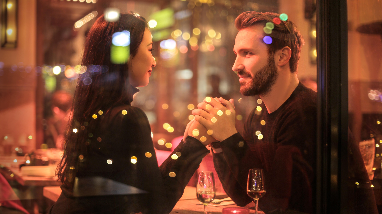 Wer einen Zwilling-Mann erobern will, sollte die Kunst des Flirtens ebenso beherrschen wie er.