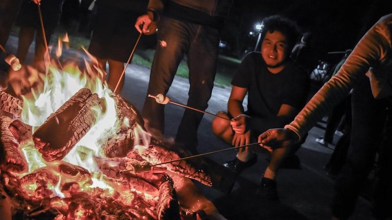 Marshmallows grillen und Spiele spielen: Ein Lagerfeuer macht Erwachsenen und Kindern Spaß.