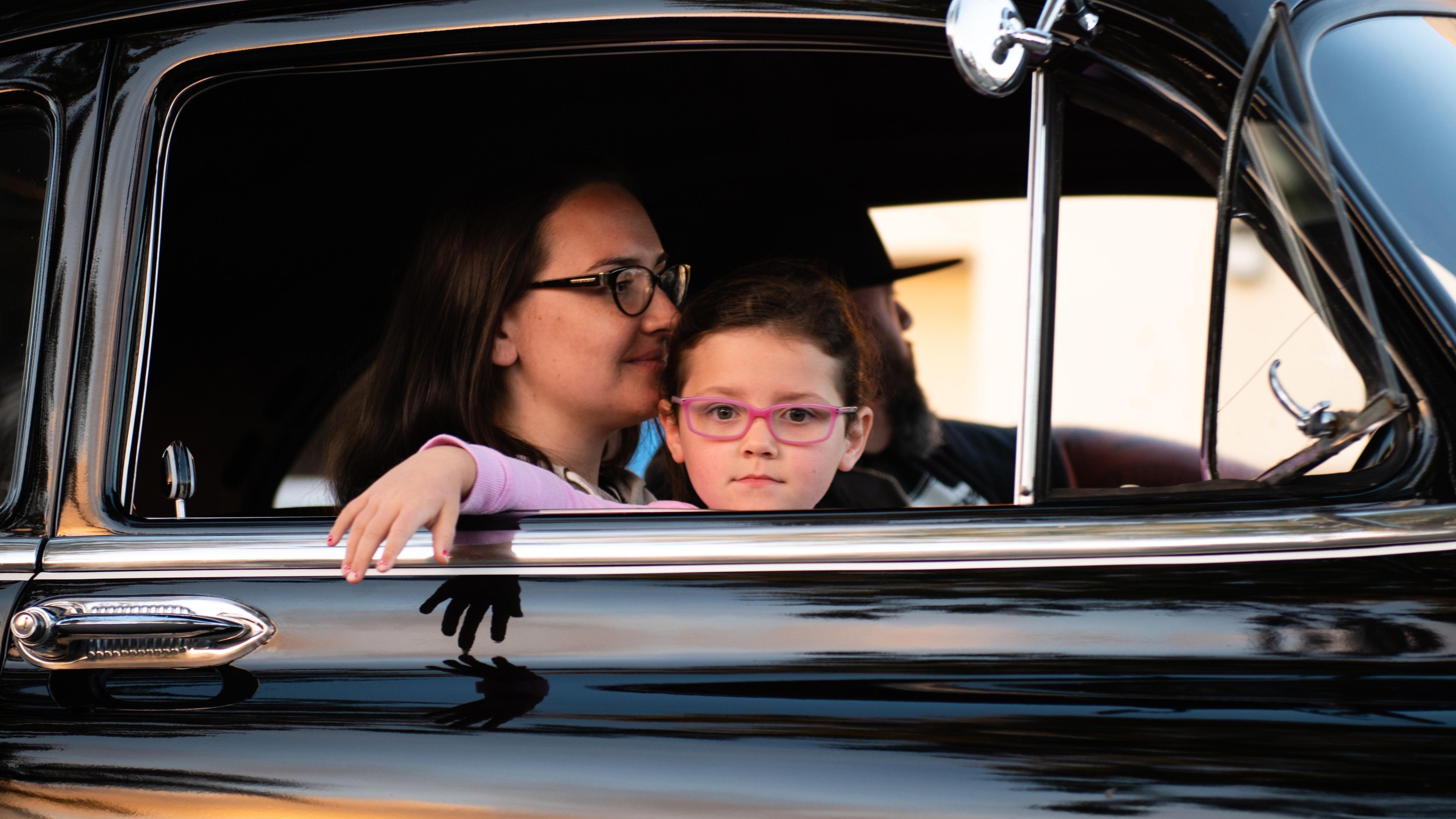 Kinder unter 12 Jahren dürfen zwar im Auto vorne mitfahren, allerdings nur mit passendem Kindersitz.