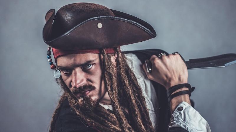 Ideen für Faschingskostüme: Verkleiden Sie sich beispielsweise als Pirat, Geheimagent oder Wetterreporter.