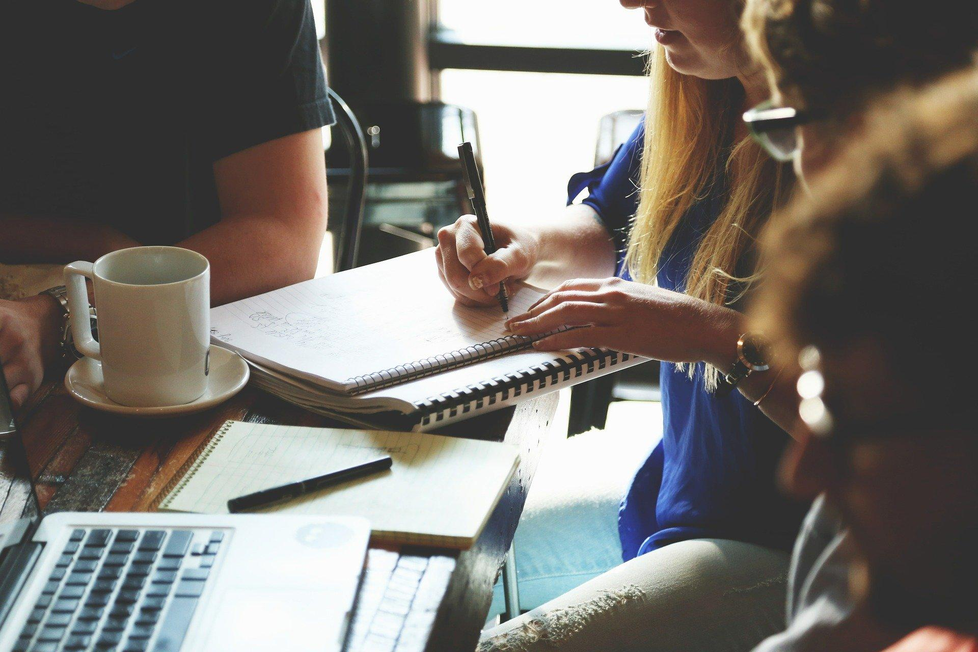 Wenn Sie ein Protokoll schreiben, notieren Sie sich ausschließlich relevante Informationen.