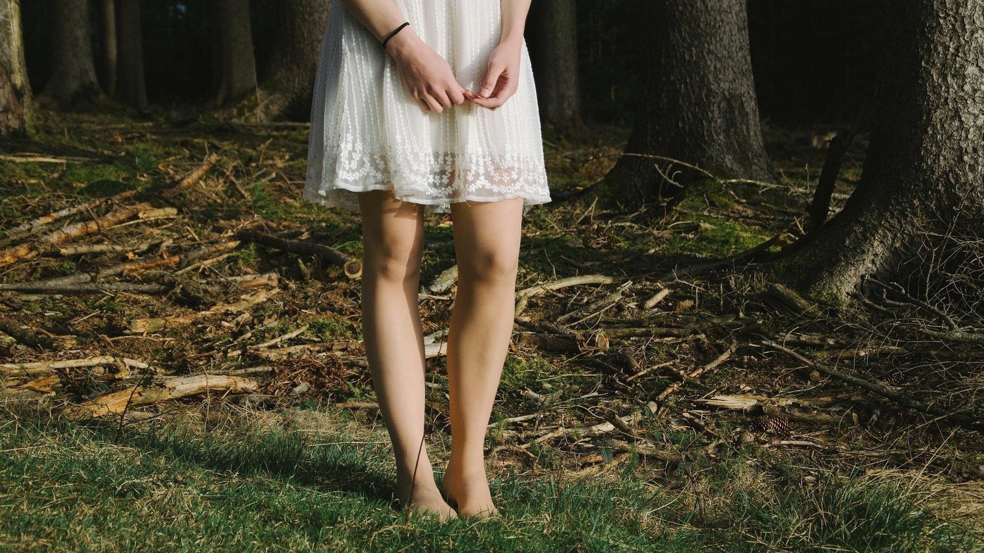 Bei trockener Haut an den Beinen hilft viel Pflege mit Cremes, Lotionen oder Peelings.