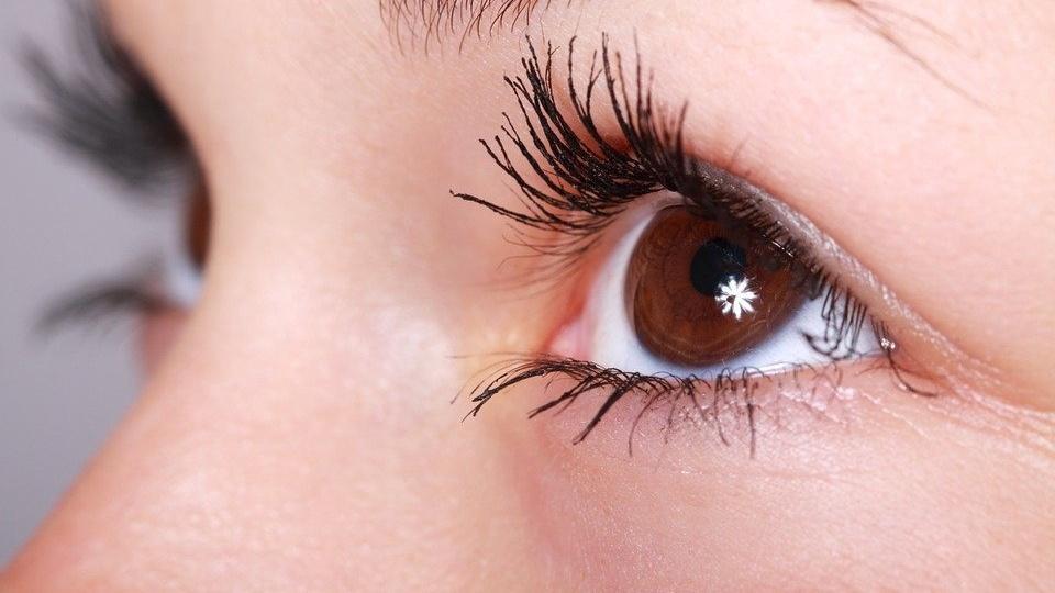 Ein tränendes Auge kann unterschiedliche Ursachen haben.