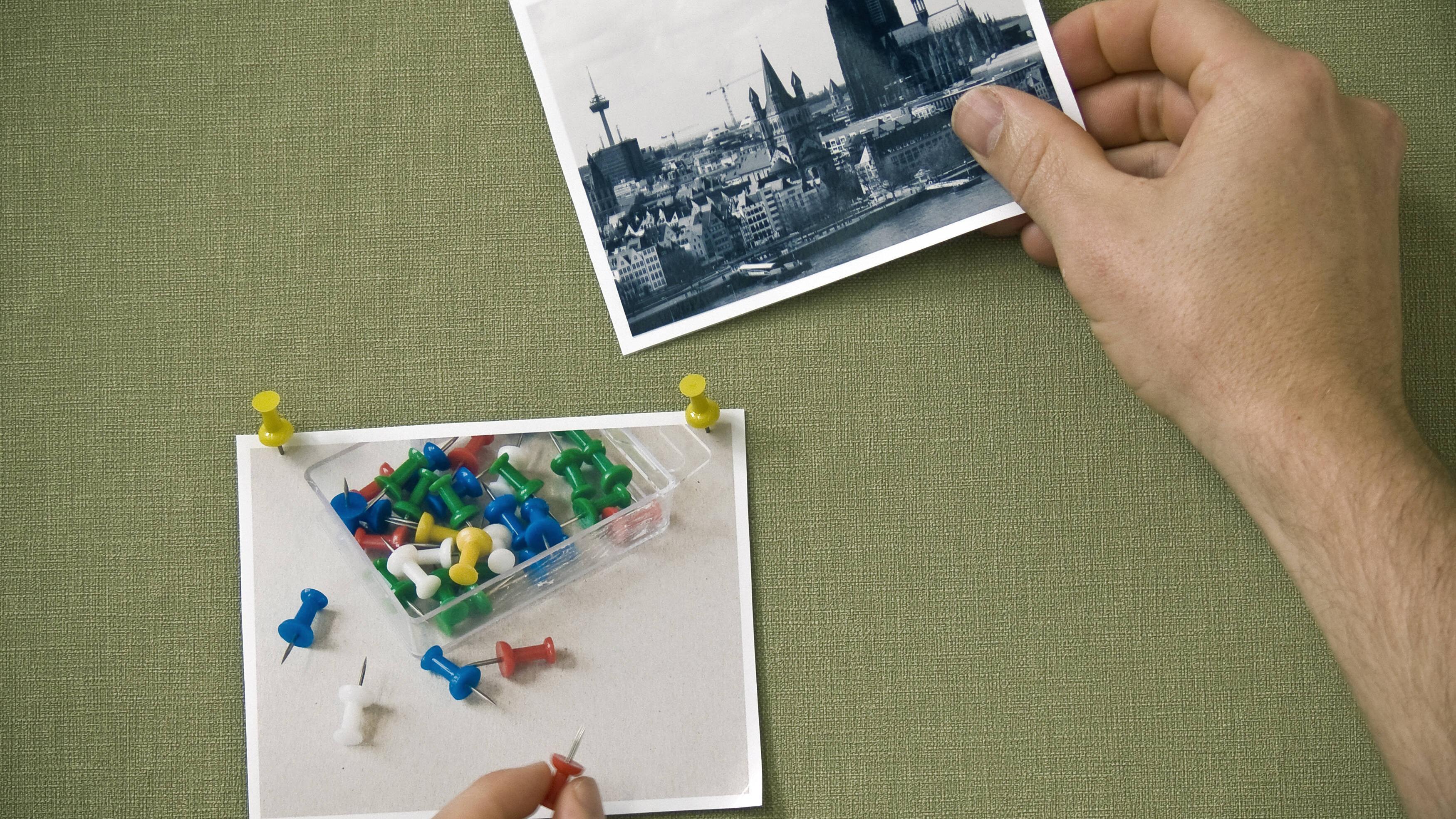 Zum Aufhängen von Bildern ohne Rahmen eignen sich bspw. Pinnadeln.