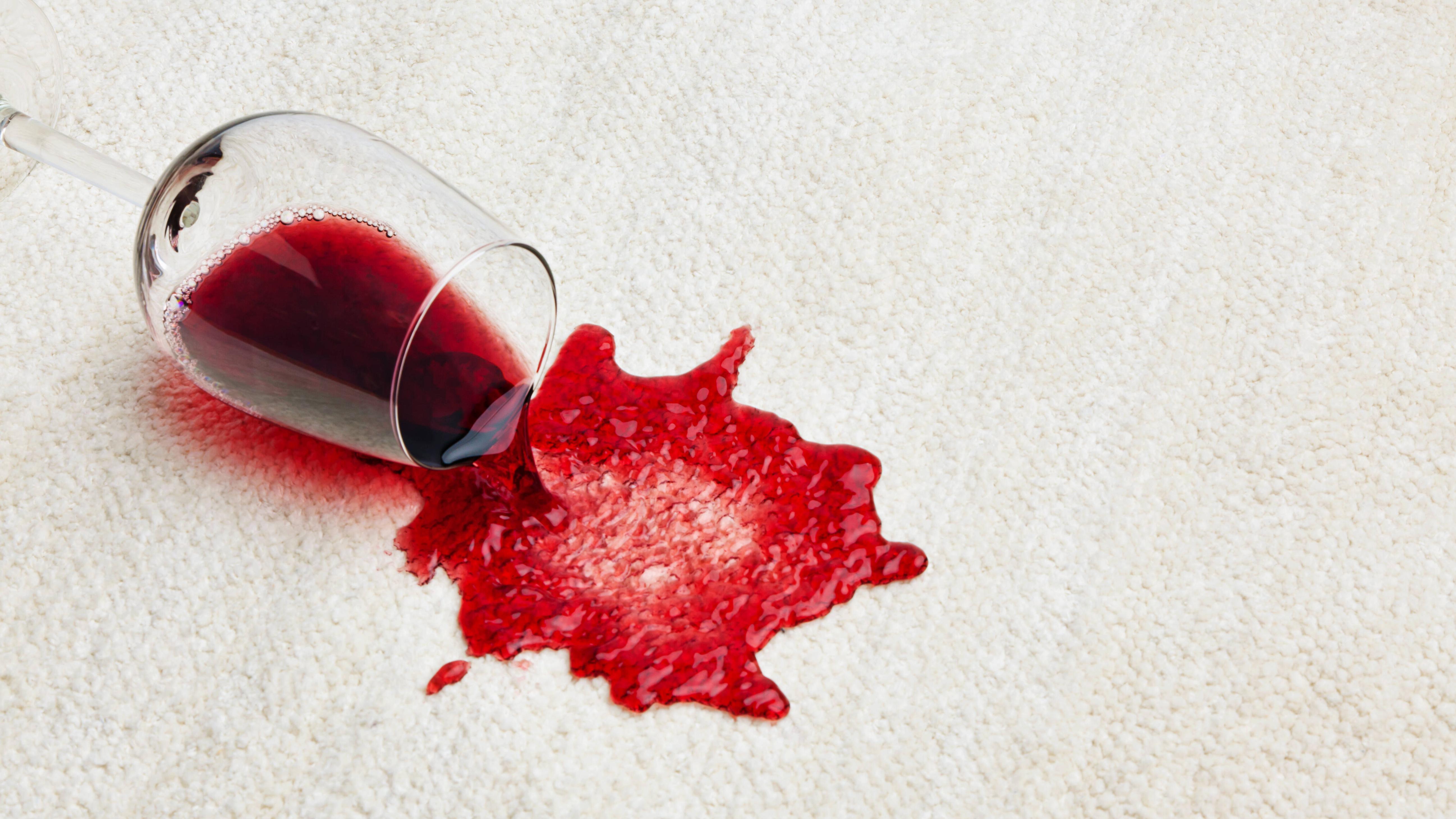 Rotweinflecken lassen sich mit Hausmitteln entfernen - aber Sie müssen schnell sein