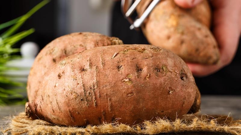 Süßkartoffeln können Sie im Topf schneller zubereiten, wenn Sie diese klein schneiden.