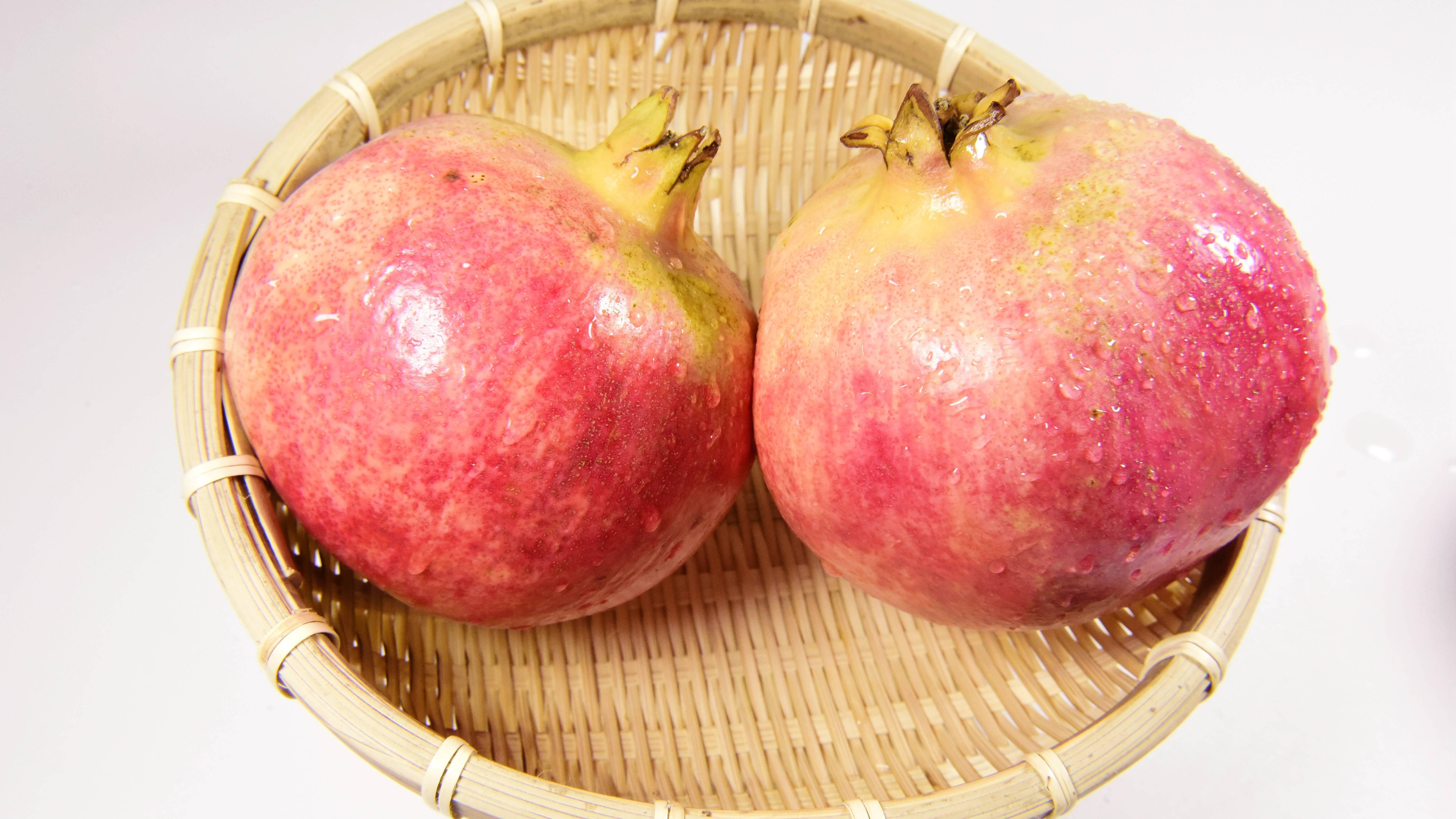 Einen Granatapfel lagern Sie am besten bei Raumtemperatur in einer Obstschale oder im Kühlschrank.
