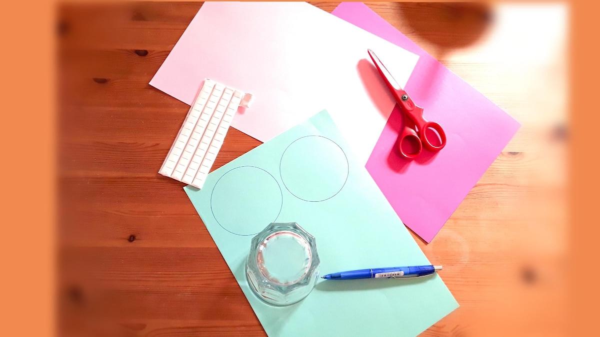 Malen Sie mit einem Glas Kreise auf das bunte Papier
