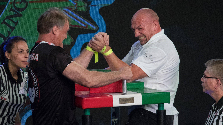 Beim professionellen Armdrücken gilt es einige Regeln einzuhalten.