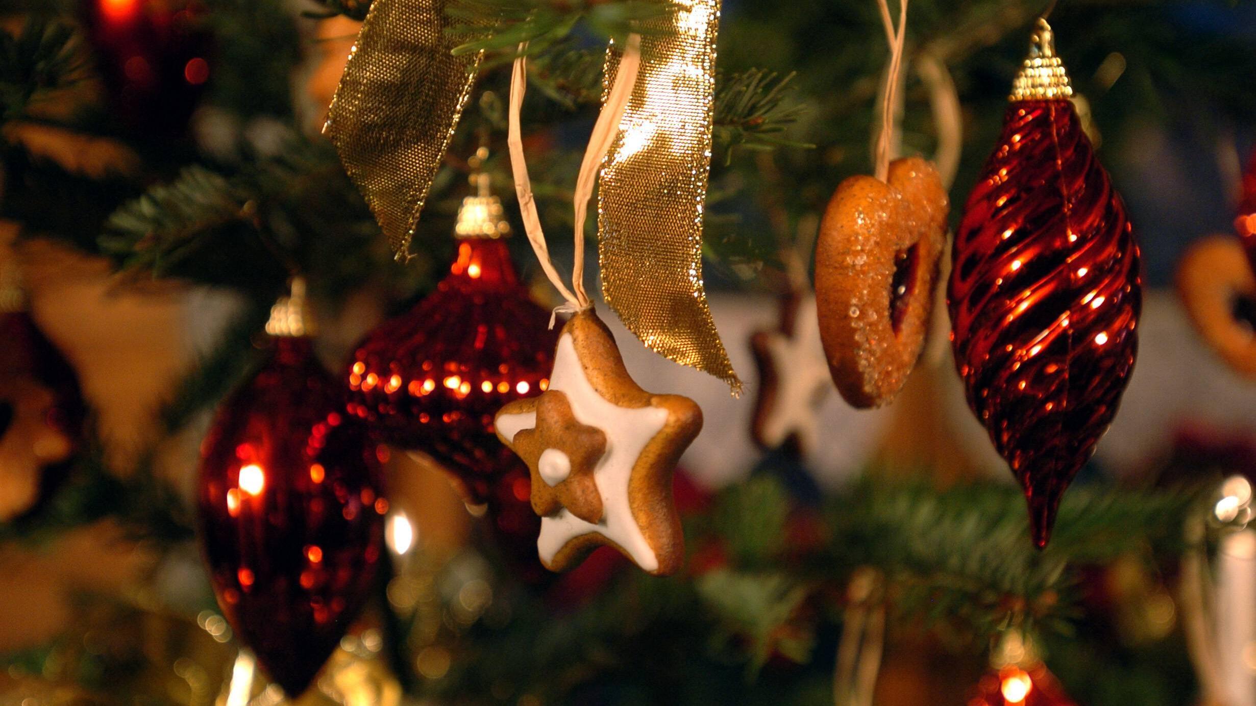 Christbaumschmuck können Sie mit wenigen Utensilien selbst basteln. So bekommt Ihr Baum ein besonders individuelles Aussehen.