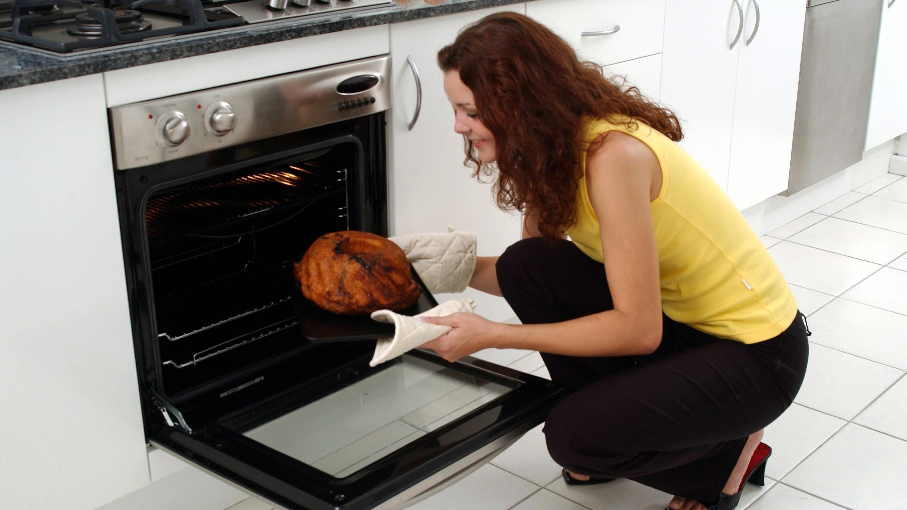 Wenn es um das Auftauen von Kuchen geht, nutzen Sie einfach die Wärme des Backofens.