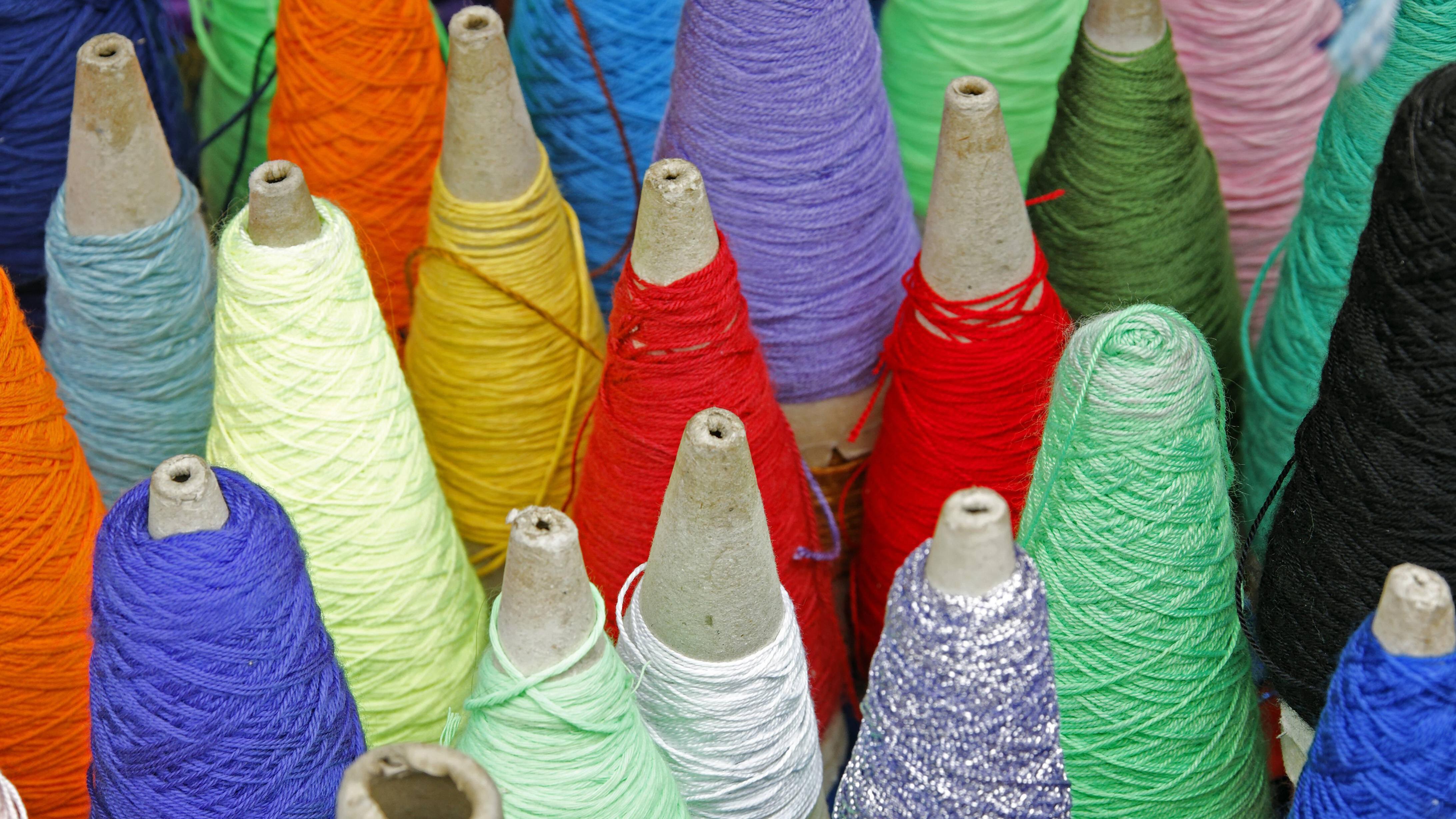 Lycra ist hochelastische synthetische Kunstfaser, die als Garn verarbeitet wird. Es gehört zur Gruppe der Elastane.