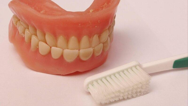 Freiliegende Zahnhälse: Ursachen und was Sie dagegen tun können