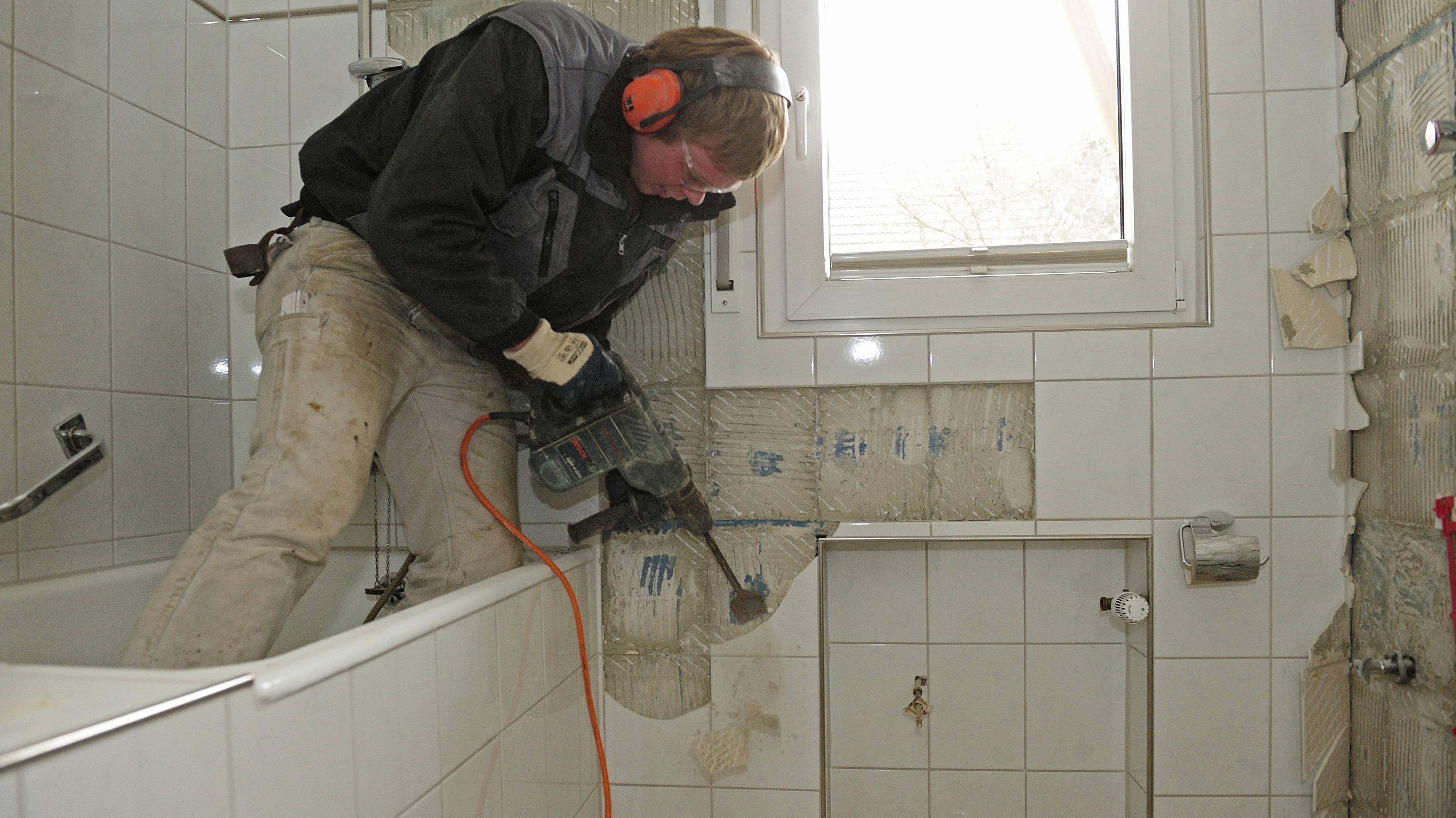 Der seniorengerechte Umbau eines Bades kann von der Pflegekasse mit bis zu 4000 Euro bezuschusst werden. Oftmals wird die Badewanne entfernt und eine ebenerdige Dusche eingebaut.
