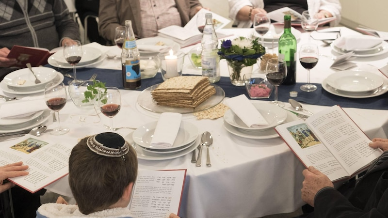 Am Sederabend wird aus der Haggada vorgelesen. Dabei hat jedes Familienmitglied ein eigenes Buch vor sich.