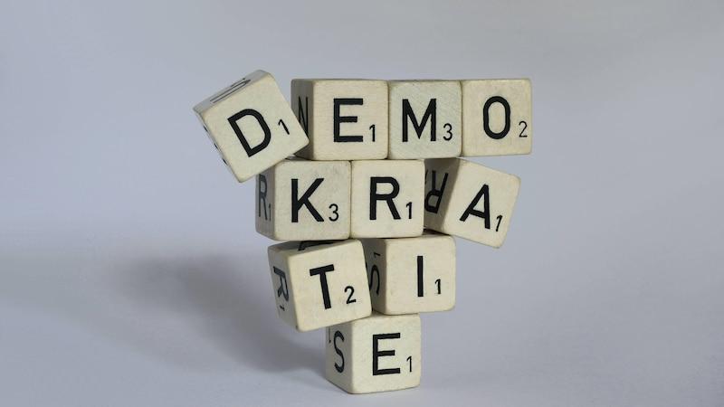 Es gibt die direkte und indirekte Demokratie.