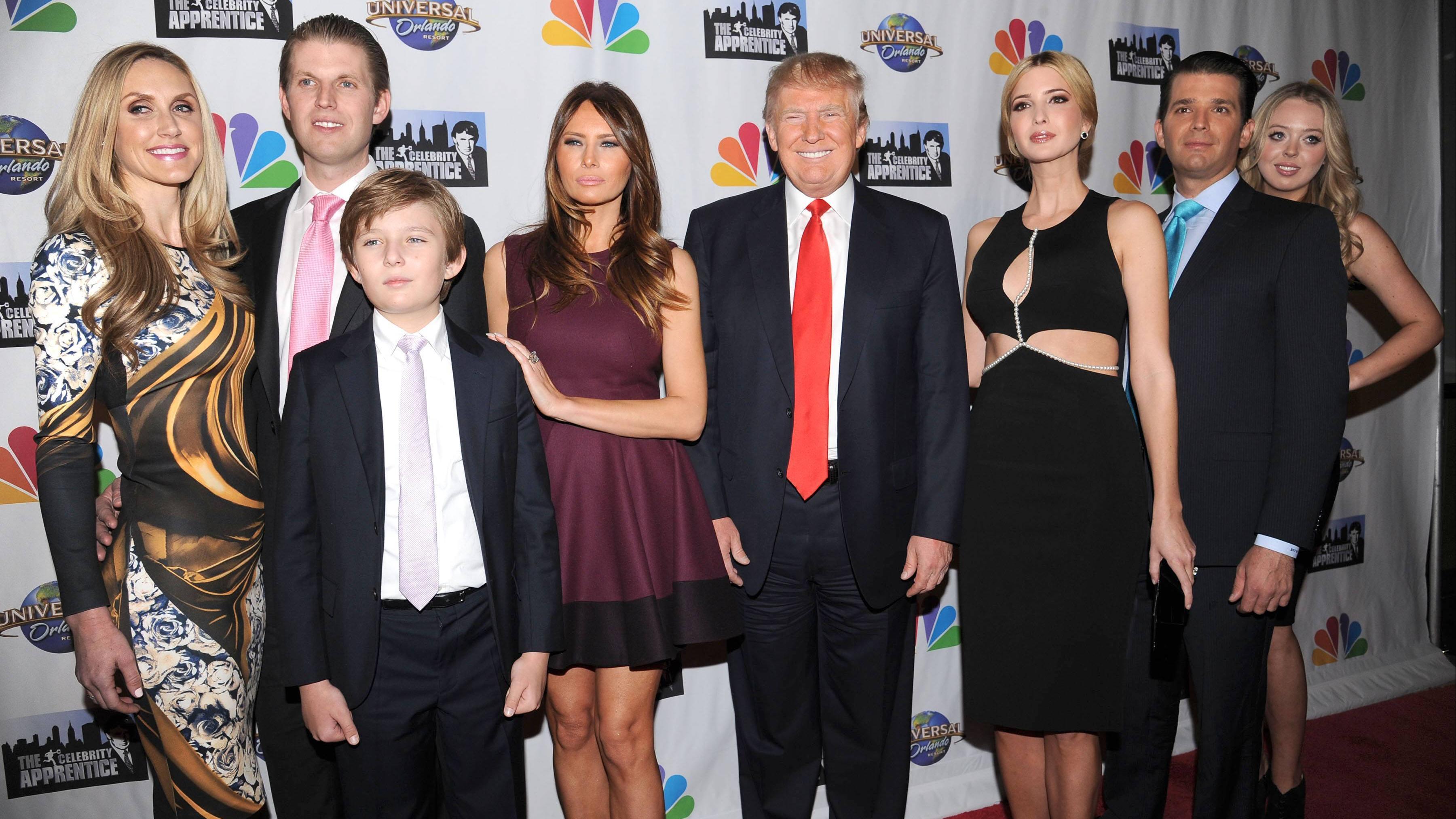 Schrecklich nette Familie (v.l.): Lara Trump, Eric Trump, Barron Trump, Melania Trump, Donald Trump, Ivanka Trump, Donald Trump Jr undTiffany Trump 2015 in New York