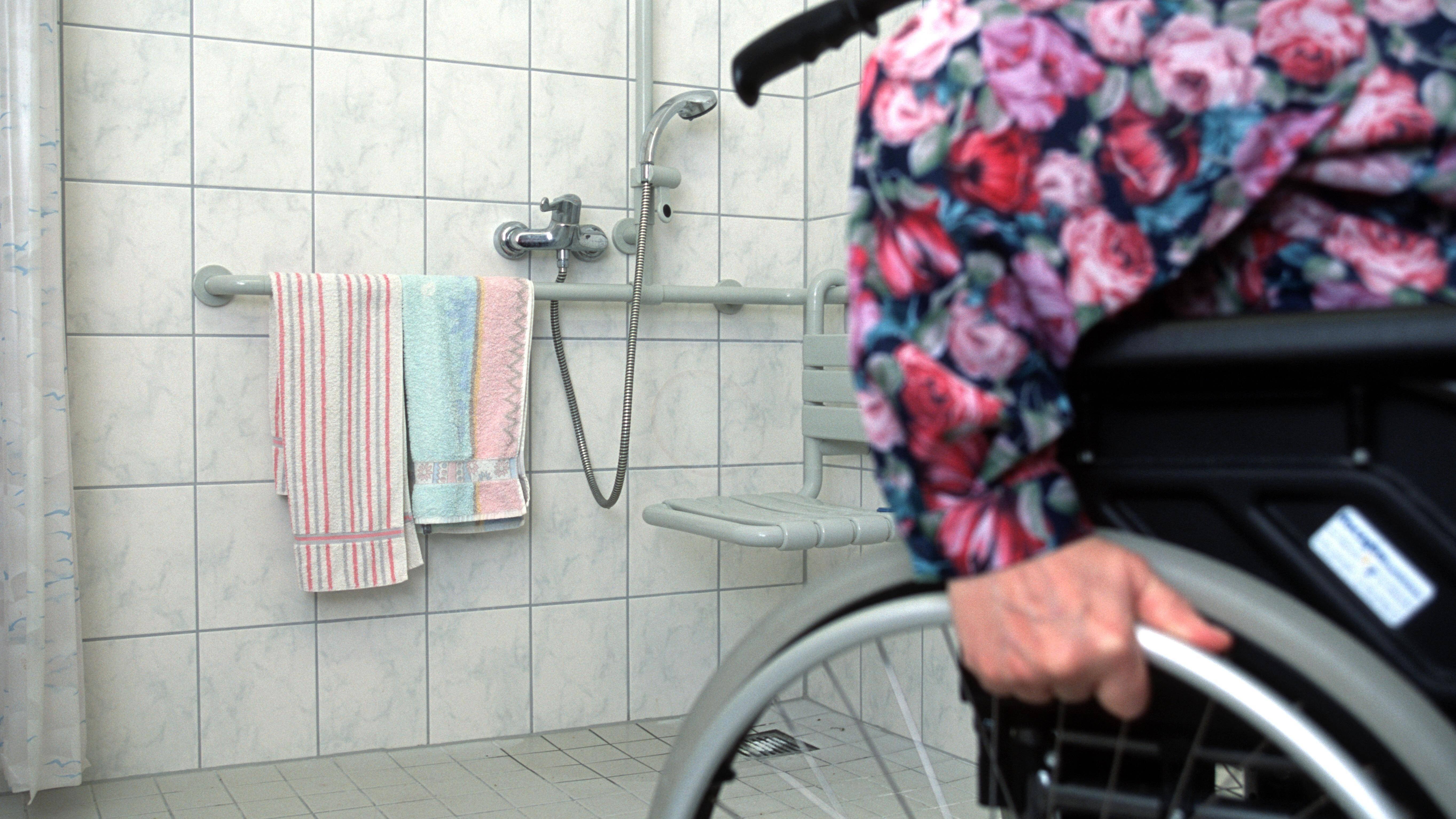 Ein barrierefreies Bad ist vor allem für Rollstuhlfahrer und sturzgefährdete Menschen wichtig.