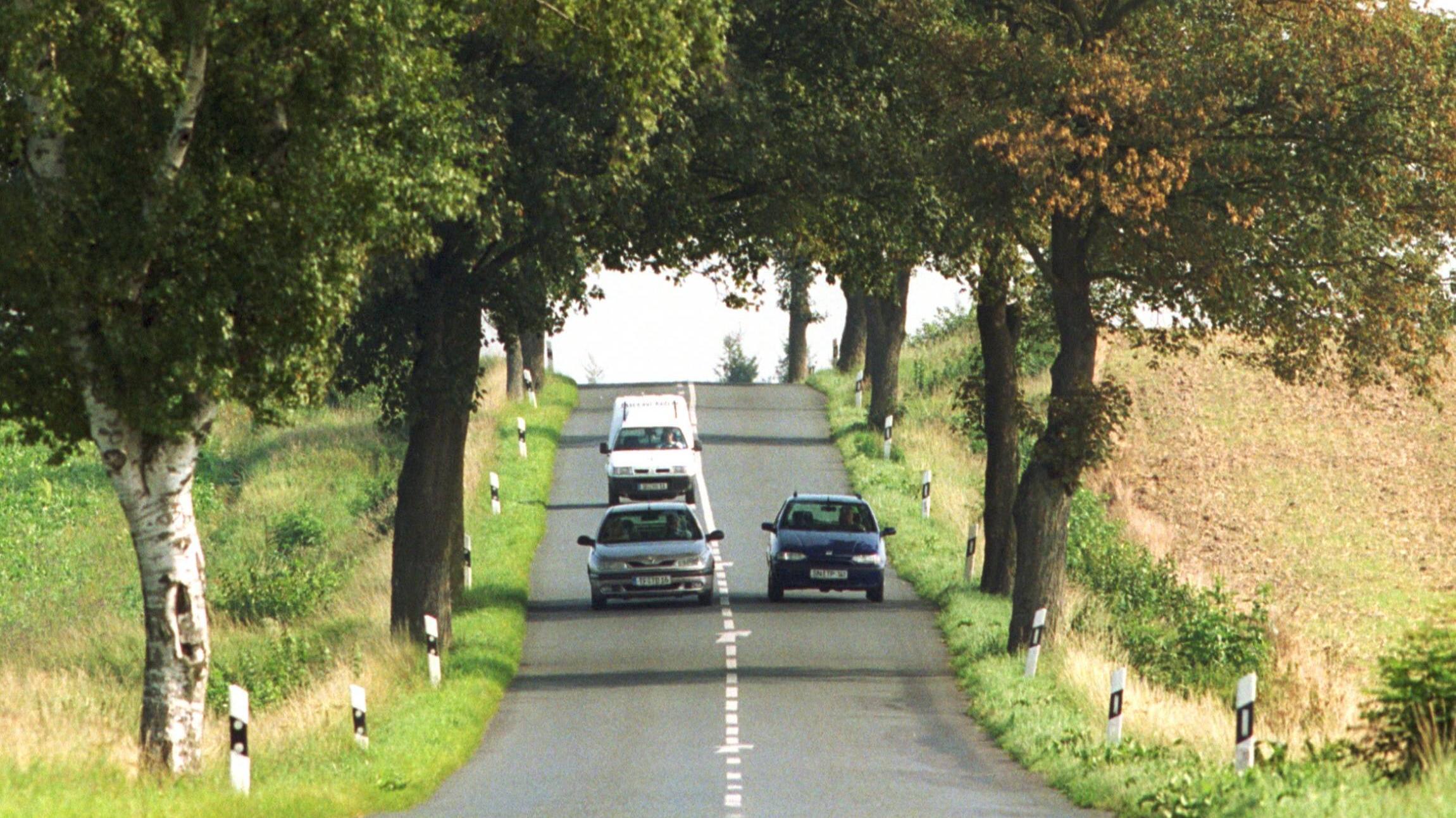 Abstands- und Geschwindigkeitsregeln sollten beim Überholmanöver eingehalten werden, ansonsten drohen Geldstrafen, Punkte und Fahrverbote.