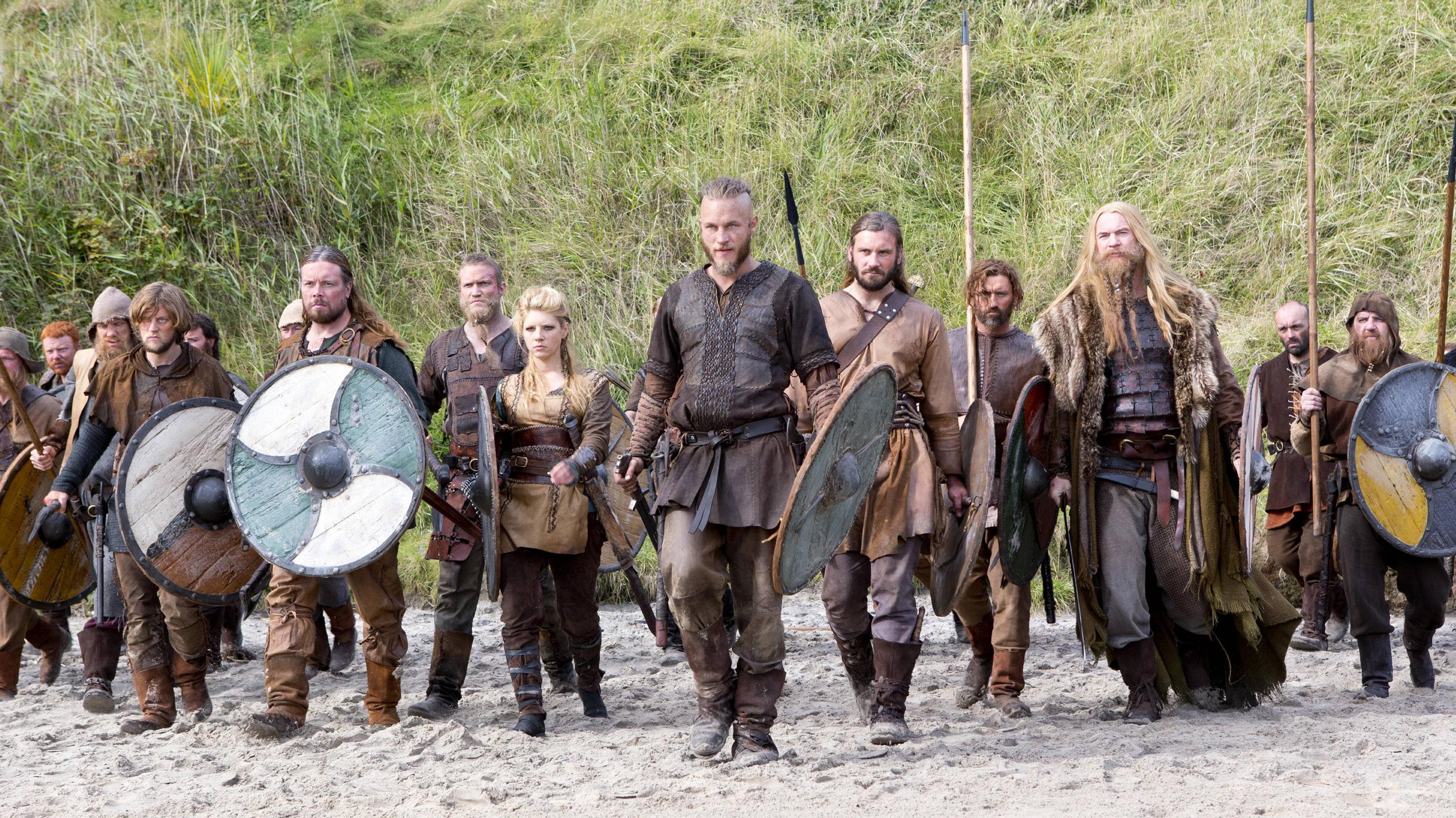 Szene aus der TV-Serie Vikings: Auch Jarl Ragnar (Travis Fimmel) und seine Leute glauben an Odin und die anderen Wikinger-Götter.