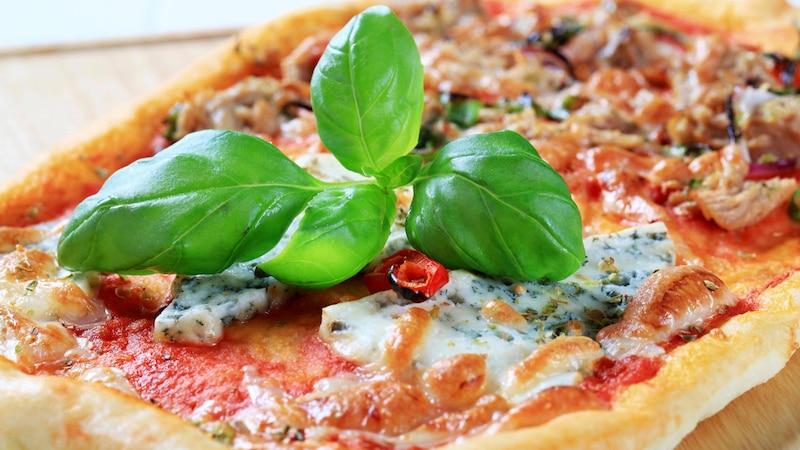 Ein überbackenes Baguette mit Thunfisch erinnert ein wenig an Pizza,  ist ein schnelles Rezept und schmeckt immer gut.