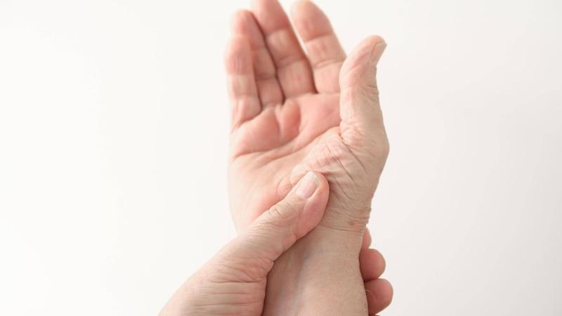 Daumen tut weh: Ursachen und Behandlung
