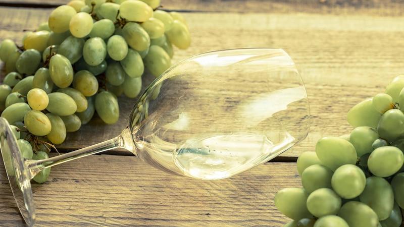 Kräftige Weißweine entfalten sich optimal in Chardonnay-Weingläsern.