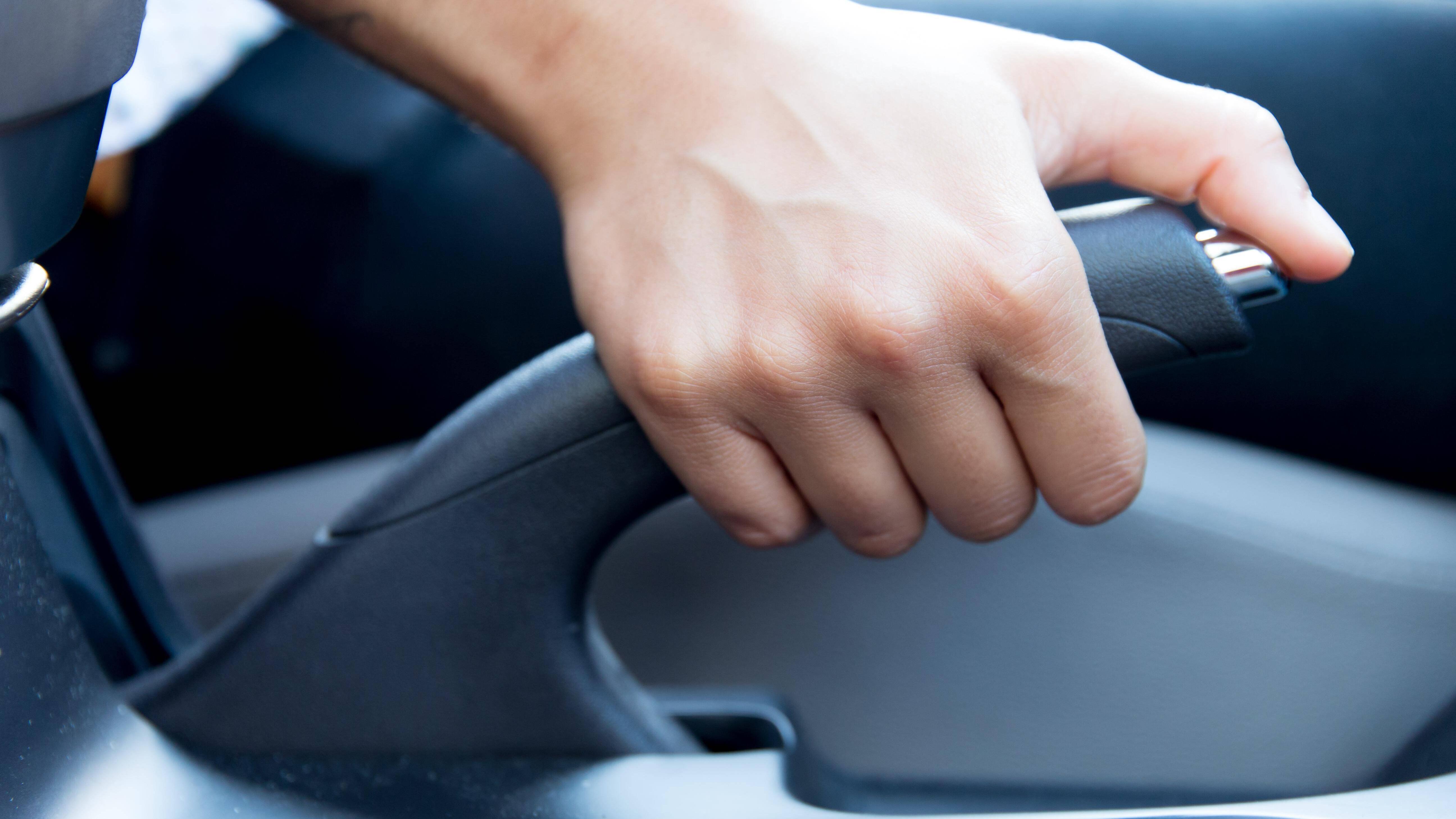 Handbremse eingefroren - lösen Sie sie sehr vorsichtig udn nicht mit Gewalt.