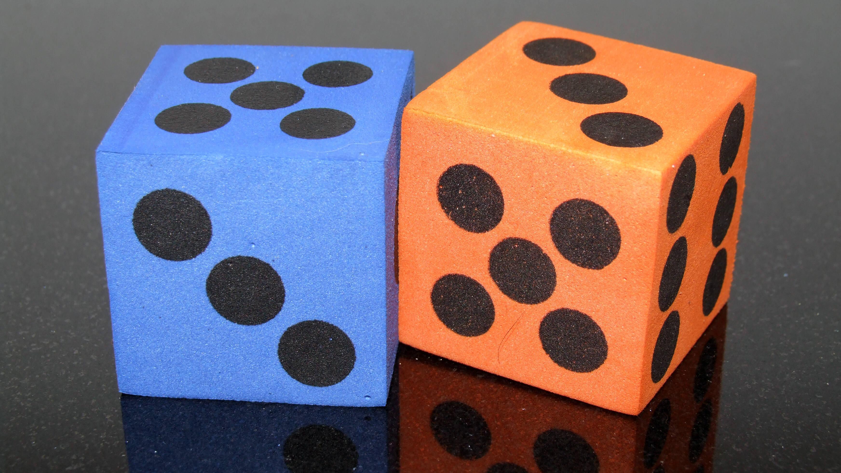 Große Schaumstoffwürfel eignen sich gut für Mathespiele in der Grundschule.