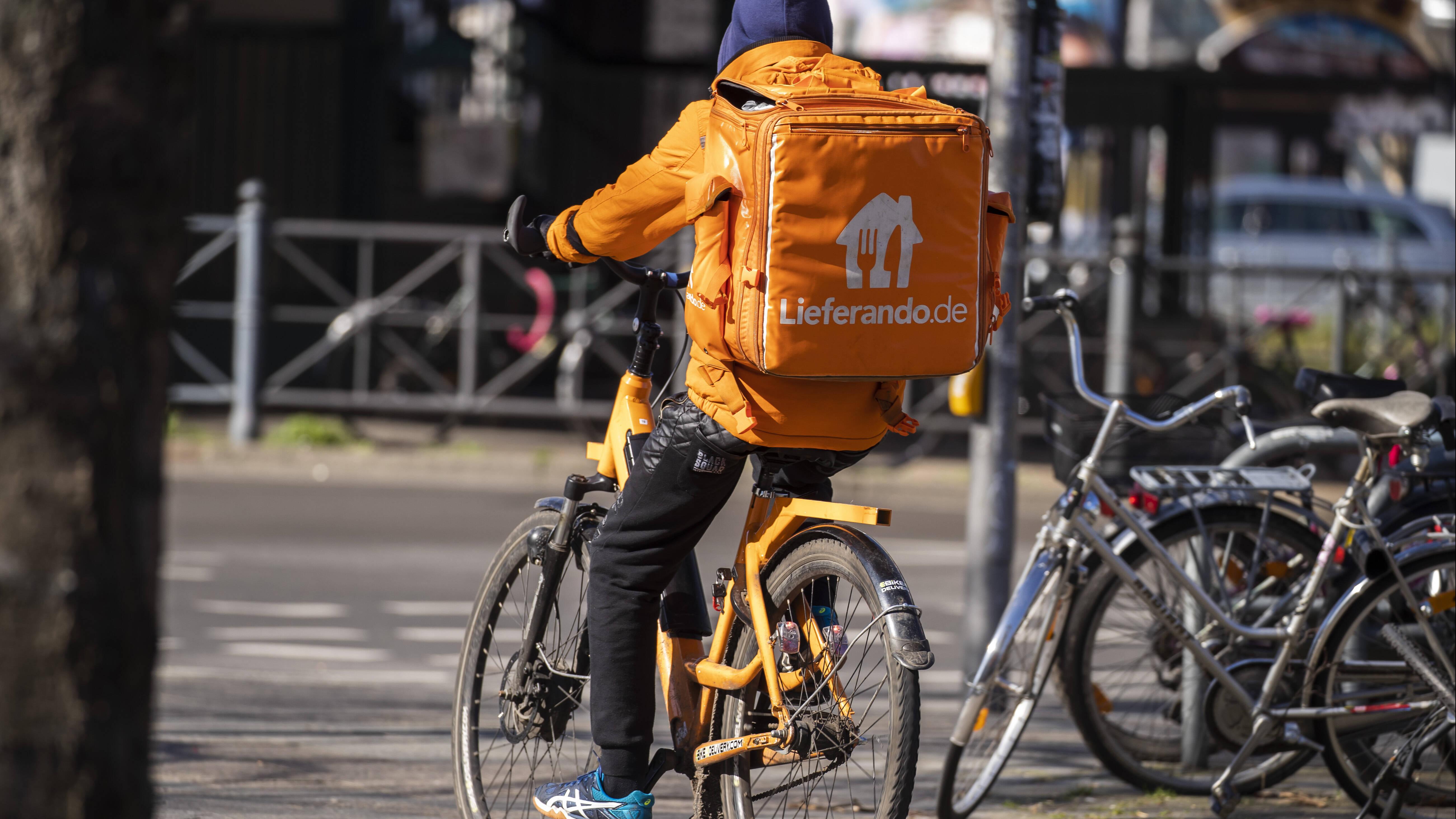 Mit einem Lieferando-Gutschein sparen Sie bares Geld. Das Essen kommt in der Regel per Fahrrad.