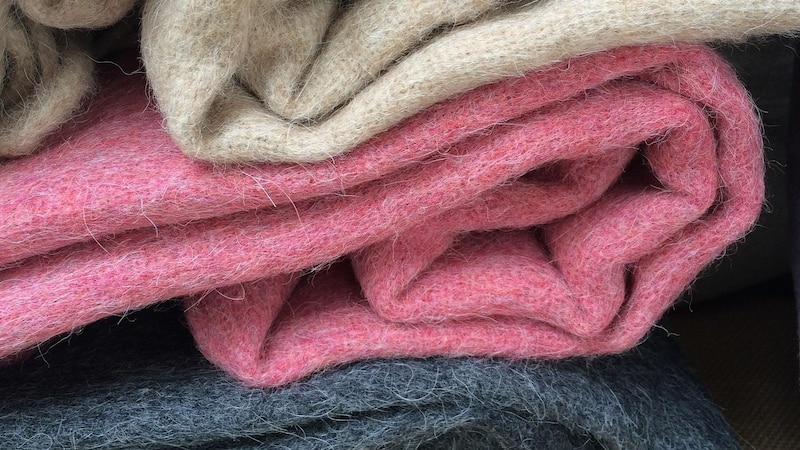 Während Fleecedecken relativ günstig zu haben sind, kosten Wolldecken, wie diese aus Alpaca-Wolle, deutlich mehr.