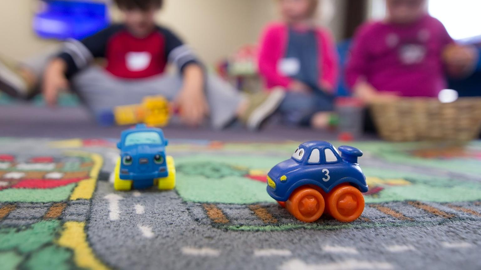 Kinderzimmer einrichten: Ein Teppich wird zur Spielstraße.