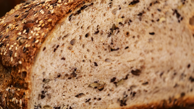 Brot können Sie ohne Sauerteig backen und mit Saaten verfeinern.