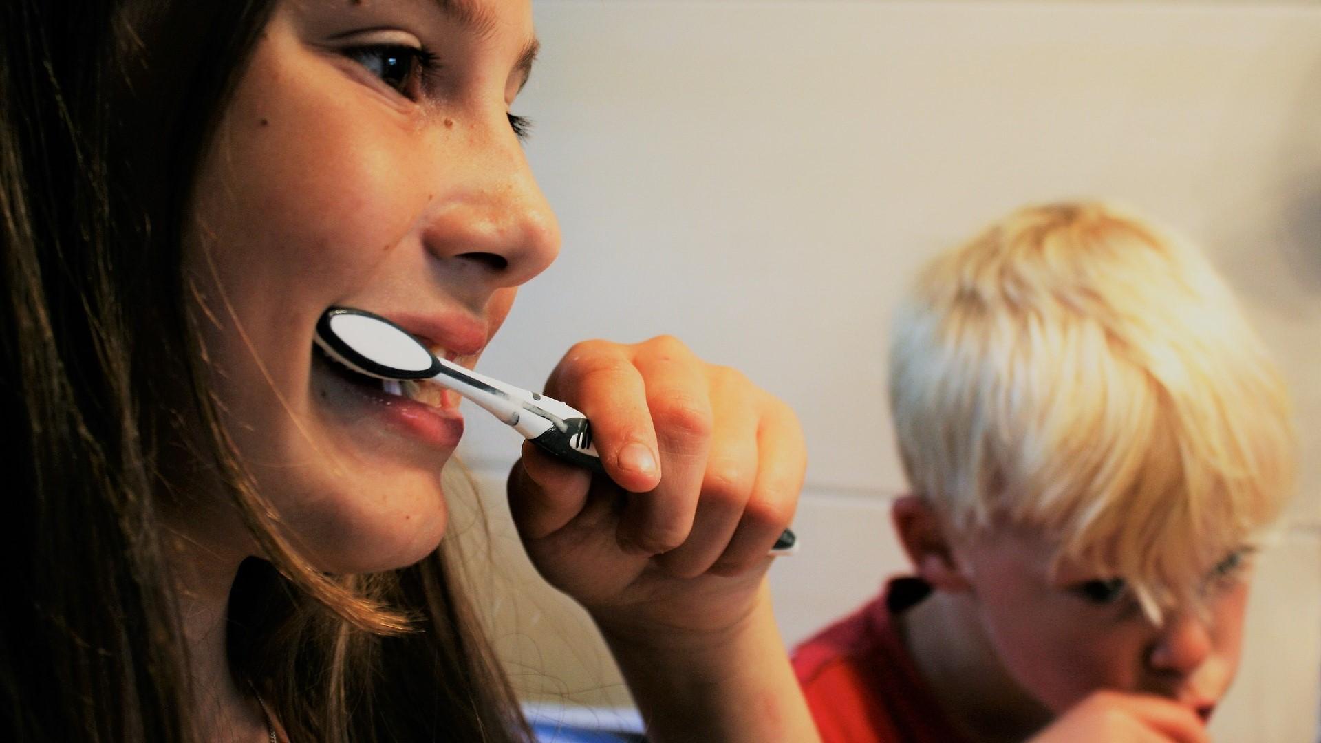 Um gelben Zähne bei Kindern vorzubeugen, ist tägliches und besonders gründliches Zähneputzen sehr wichtig.
