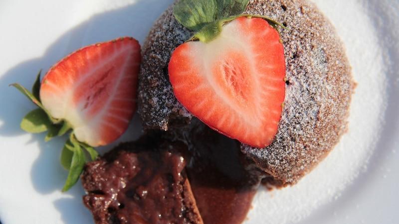 Backen Sie als schnelles Dessert mit wenigen Zutaten einen Schokokuchen mit flüssigem Kern.