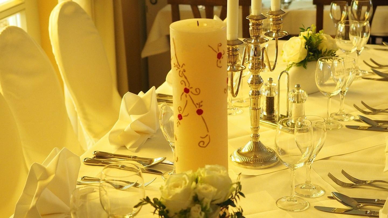 Wenn Sie die Hochzeitskerze selber machen, haben Sie eine schöne Dekoration für Ihre Feier.