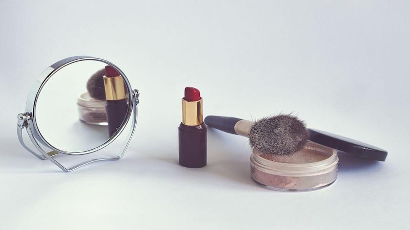 Der Douglas-Adventkalender ist gefüllt mit allerlei nützlichen Kosmetikartikeln für Frauen.