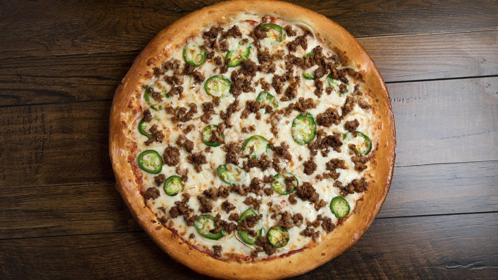 Pizza mit Hackfleisch und Zwiebel schnell selbst gemacht mit Fertigteig.
