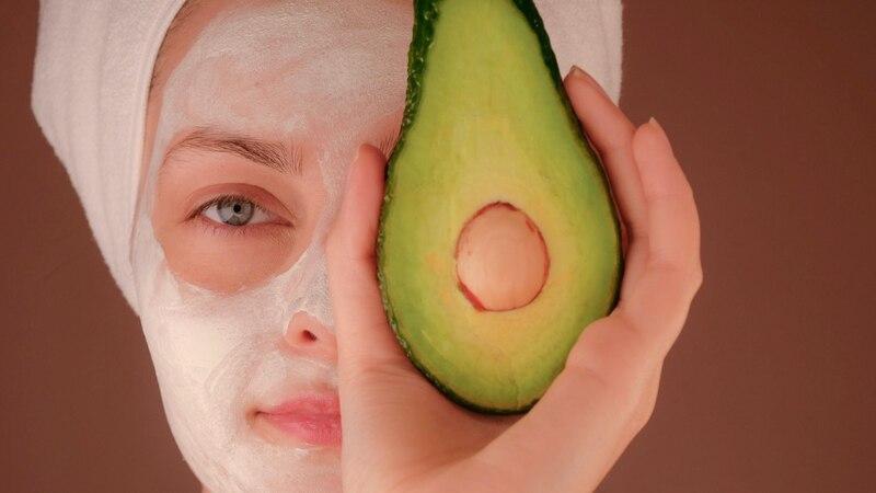 Ein Mandelsäure-Peeling kann neben anderen Gesichtspflegeprodukten dabei helfen die Reinheit der Haut zu verbessern.