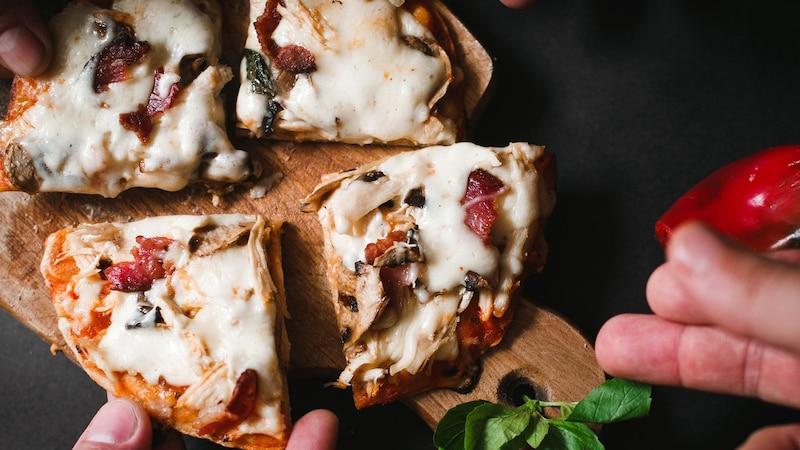 Wir zeigen Ihnen, wie Sie eine Pizza auf dem Gasgrill zubereiten.