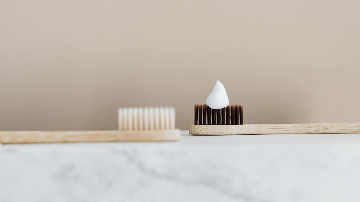 Zähneputzen ohne Zahnbürste: Tipps zum Improvisieren