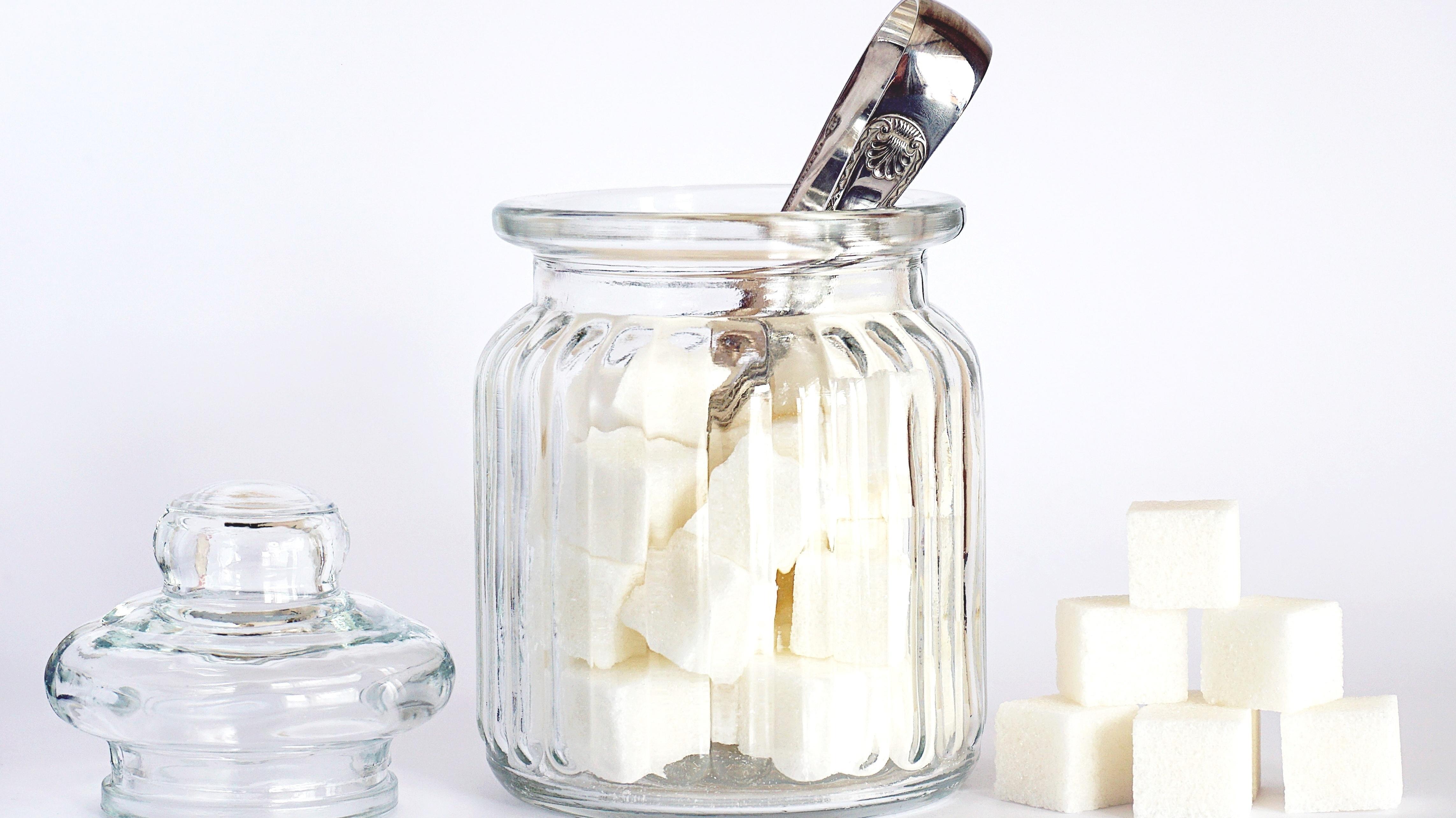 In vielen Rezepten eignet sich normaler Haushaltszucker als Ersatz für Vanillezucker.