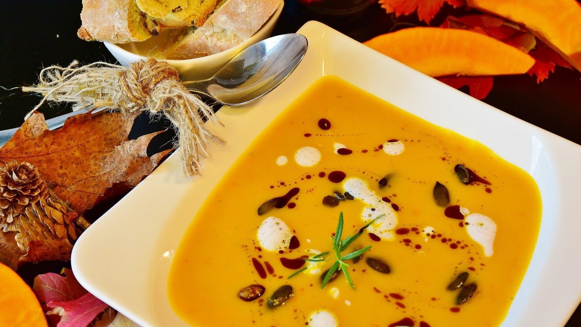 Eine Kürbissuppe mit Kokosmilch und Curry zaubert einen Hauch Exotik auf Ihren Teller.