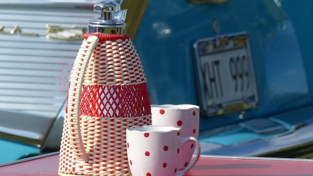Für die Kaffeetafel bietet sich eine Kanne mit Henkel und Ausgießfunktion an.