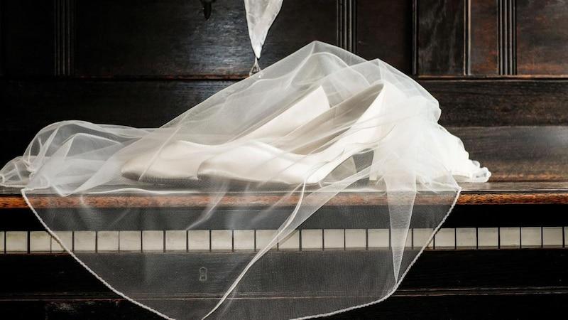 Der Schuhklau gehört zu den traditionellen russischen Hochzeitsbräuchen.