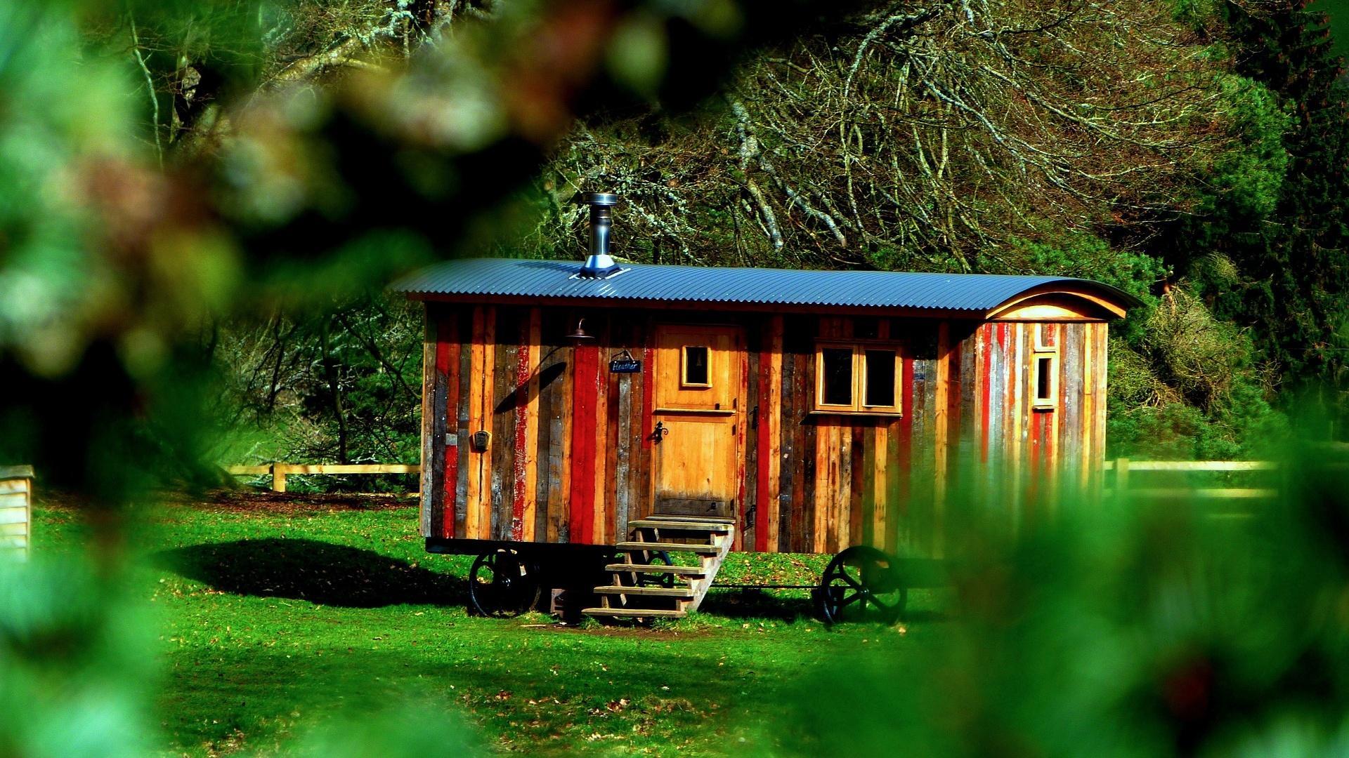 Wollen Sie das Tiny House auf Rädern dauerhaft bewohnen, so benötigen Sie in Deutschland eine Baugenehmigung.