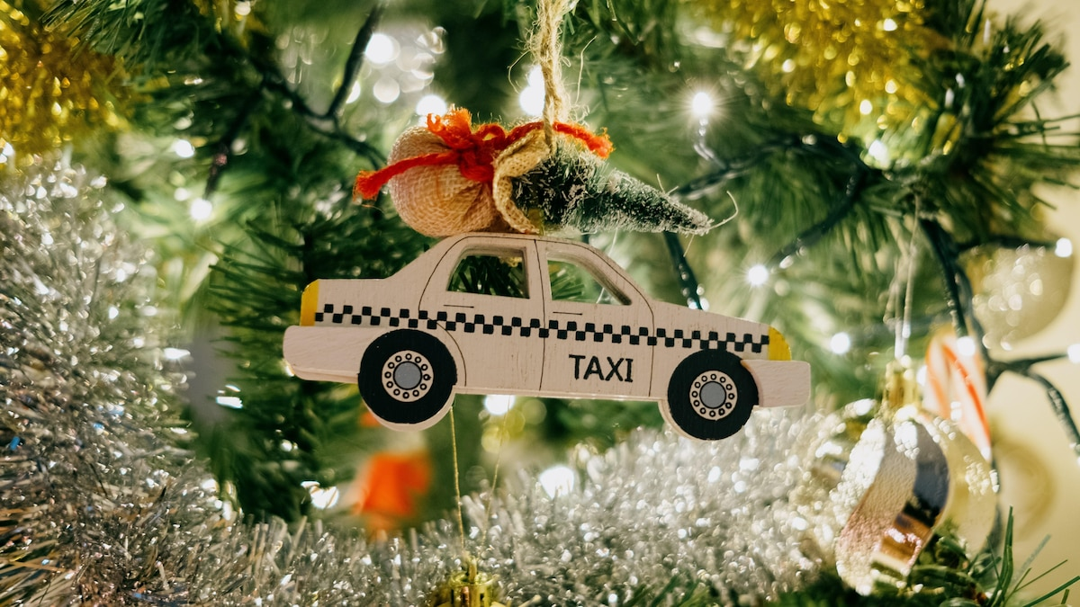 Auch Spielzeugautos machen sich gut im Tannenbaum. Nehmen Sie einfach etwas Geschenkband zum Befestigen.